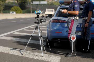 Polizia stradale effettua controlli con l'autovelox