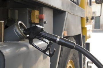 Un camion fa rifornimento di carburante