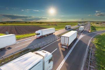 Numerosi camion viaggiano in autostrada