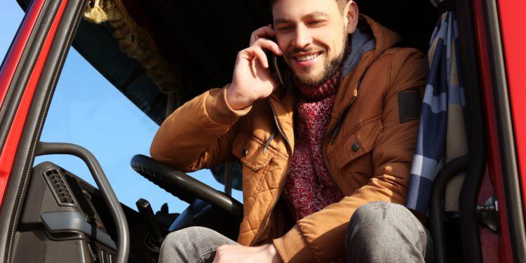 Camionista parla al cellulare