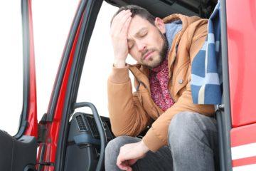 Camionista si tiene la testa non sentendosi bene
