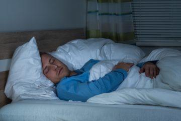 uomo dorme con apnee notturne