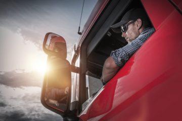 camionista guarda lo specchietto retrovisore