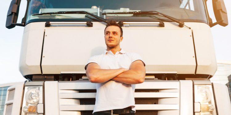 camionista appoggiato su camion