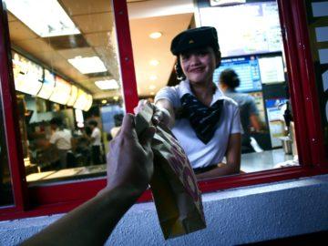 ragazza consegna cibo dal fast food