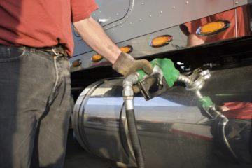 uomo con pompa carburante per camion