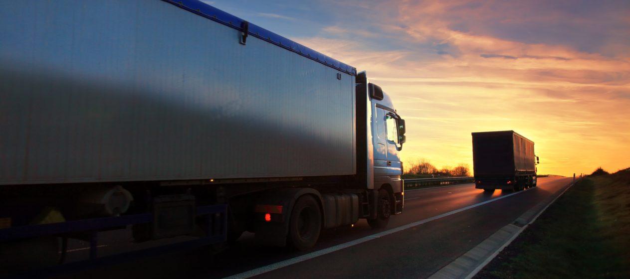 circolazione camion su strada