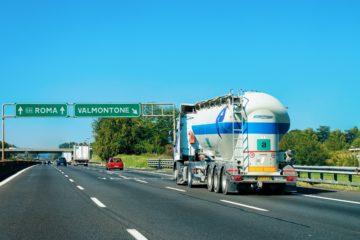 camion su strada italiana