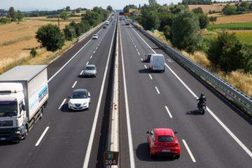 Autostrada italiana vista dall'alto con veicoli che circolano.