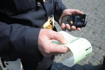 Vigile fa multa dopo controllo mezzo