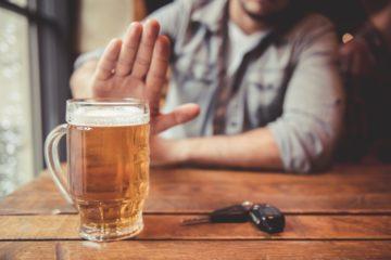 uomo rifiuta alcol perché guida