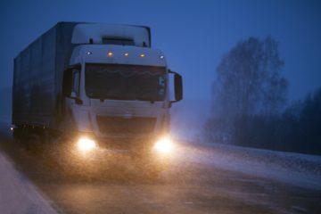 Camion tratta notturna invernale senza luce cabina