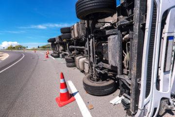 camion capovolto per incidente stradale