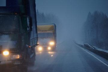 camion su strada con scarsa illuminazione
