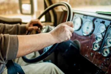 mani camionista su volante