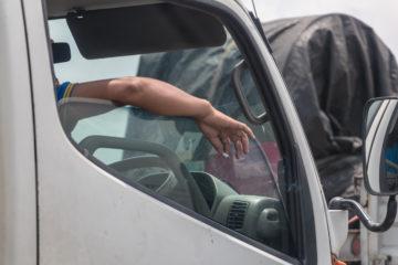 mano camionista finestrino in coda