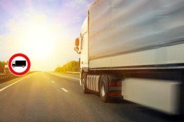 camion su strada simbolo divieto di circolazione mezzi pesanti