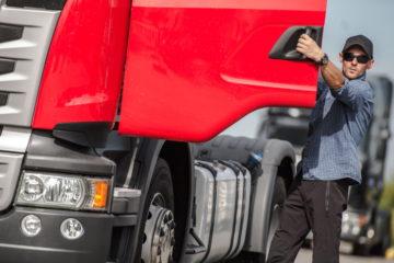 camionista sale su camion