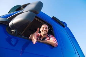 camionista su camion sorridente