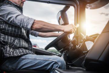camionista alla guida mani sul volante