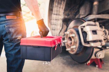 tecnico con cassetta attrezzi camion dischi freno