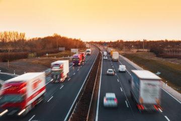 camion e auto su autostrada