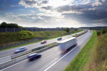 camion e macchine su autostrada