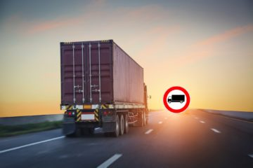 camion su strada cartello divieto di circolazione