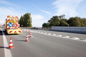 camion cartello e birilii per lavori sull'autostrada