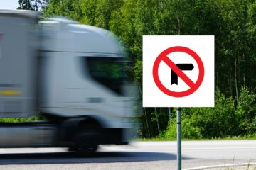camion cartello divieto svolta a destra