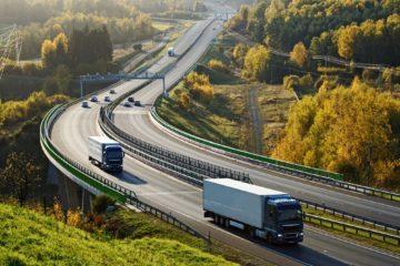 autostrada doppia corsia con camion e auto in percorrenza