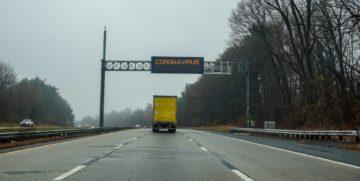 camion su autostrada cartello avviso coronavirus