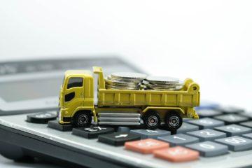 camion giocattolo trasporto monete su tastiera pc