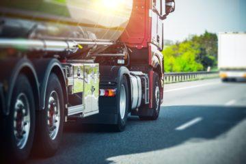 camion su autostrada pneumatici