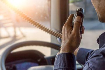 camionista sul camion parla via CB radio