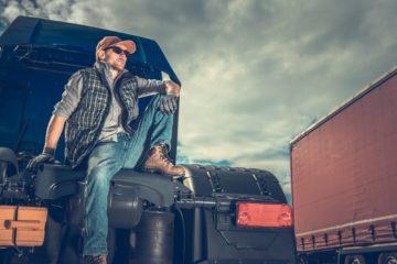 camionista seduto sul retro del camion